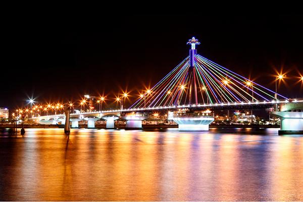 Cầu quay sông Hàn rực rỡ về đêm