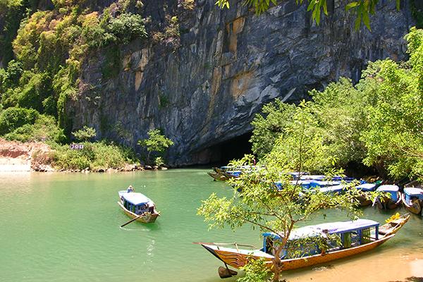 Thuyền đưa đón du khách vào hang động